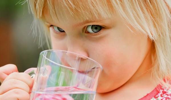 crianca-agua-hidratacao1